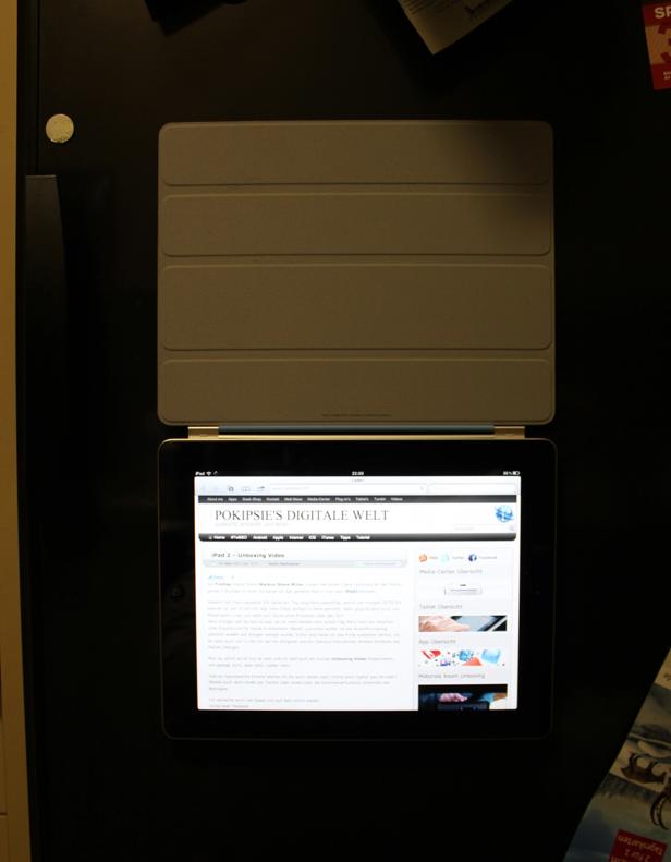 iPad 2 mit Smartcover am Kühlschrank befestigt