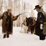 Hateful Eight - Szenen - 01 John Ruth (Kurt Russell), Marquis Warren (Samuel L. Jackson)