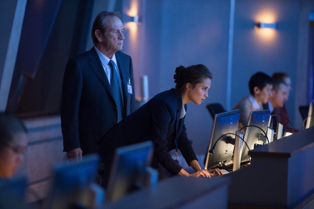 Die CIA - Dewey und Lee - Szenen - Tommy Lee Jones and Alicia Vikander