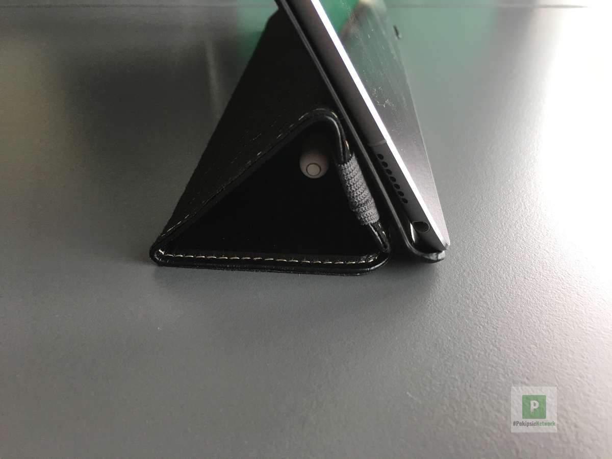 Das Cover inkl. iPad und verstecktem Stifthalter im geöffneten, stehendem Zustand