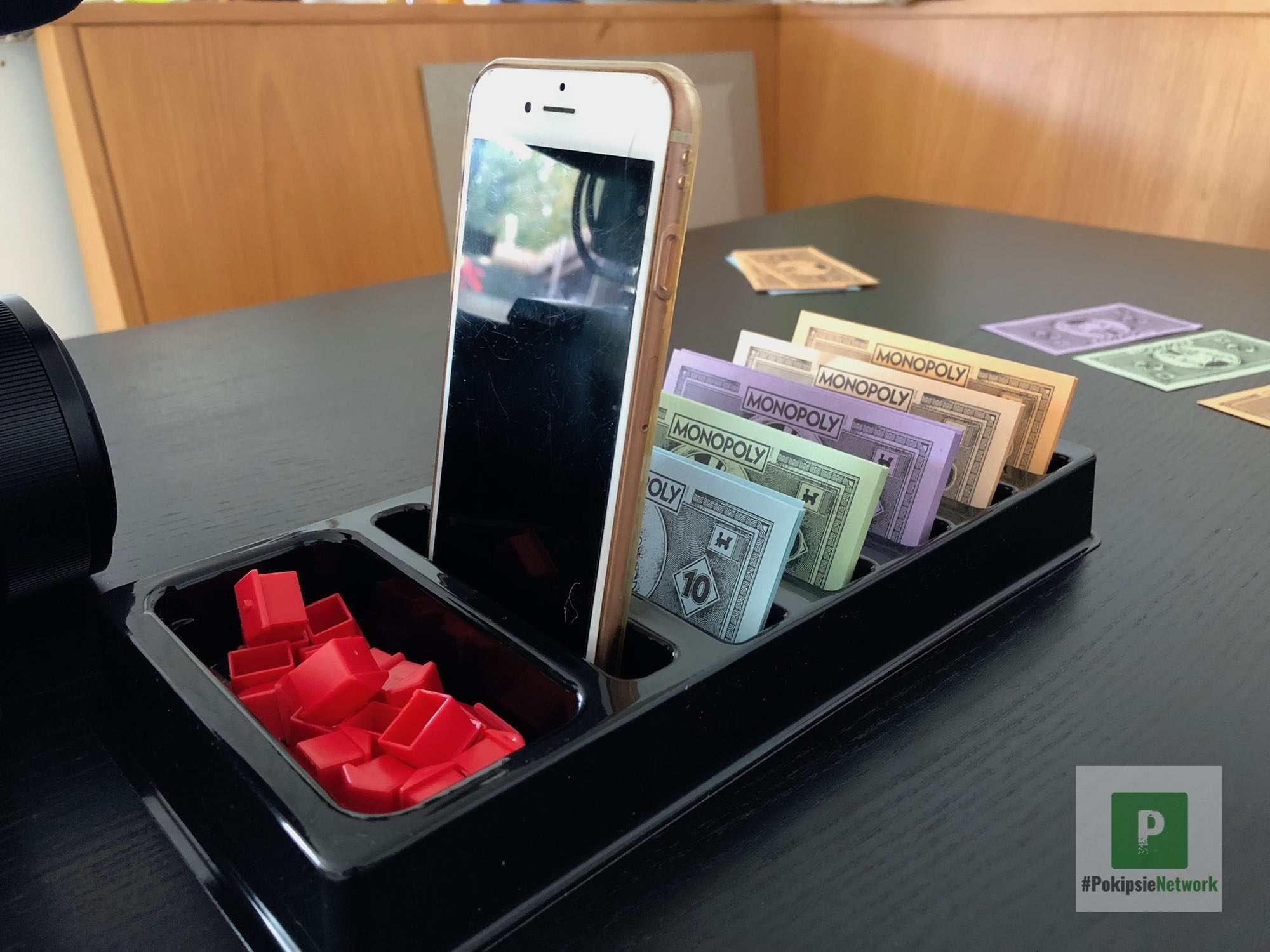 Das erste Monopoly mit integrierter Smartphone Halterung