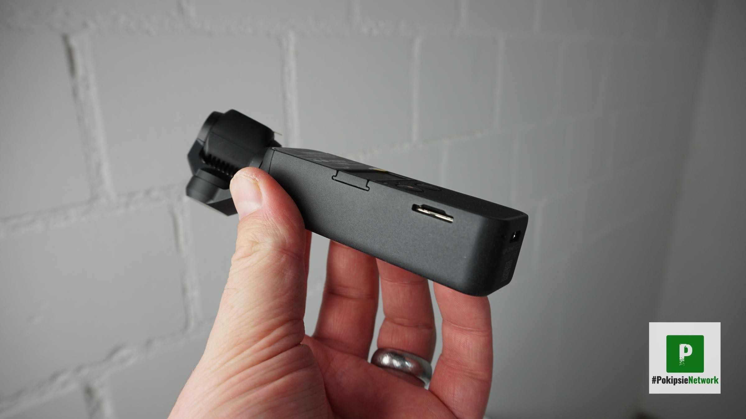 Der seitlich verbaute microSD-Schacht
