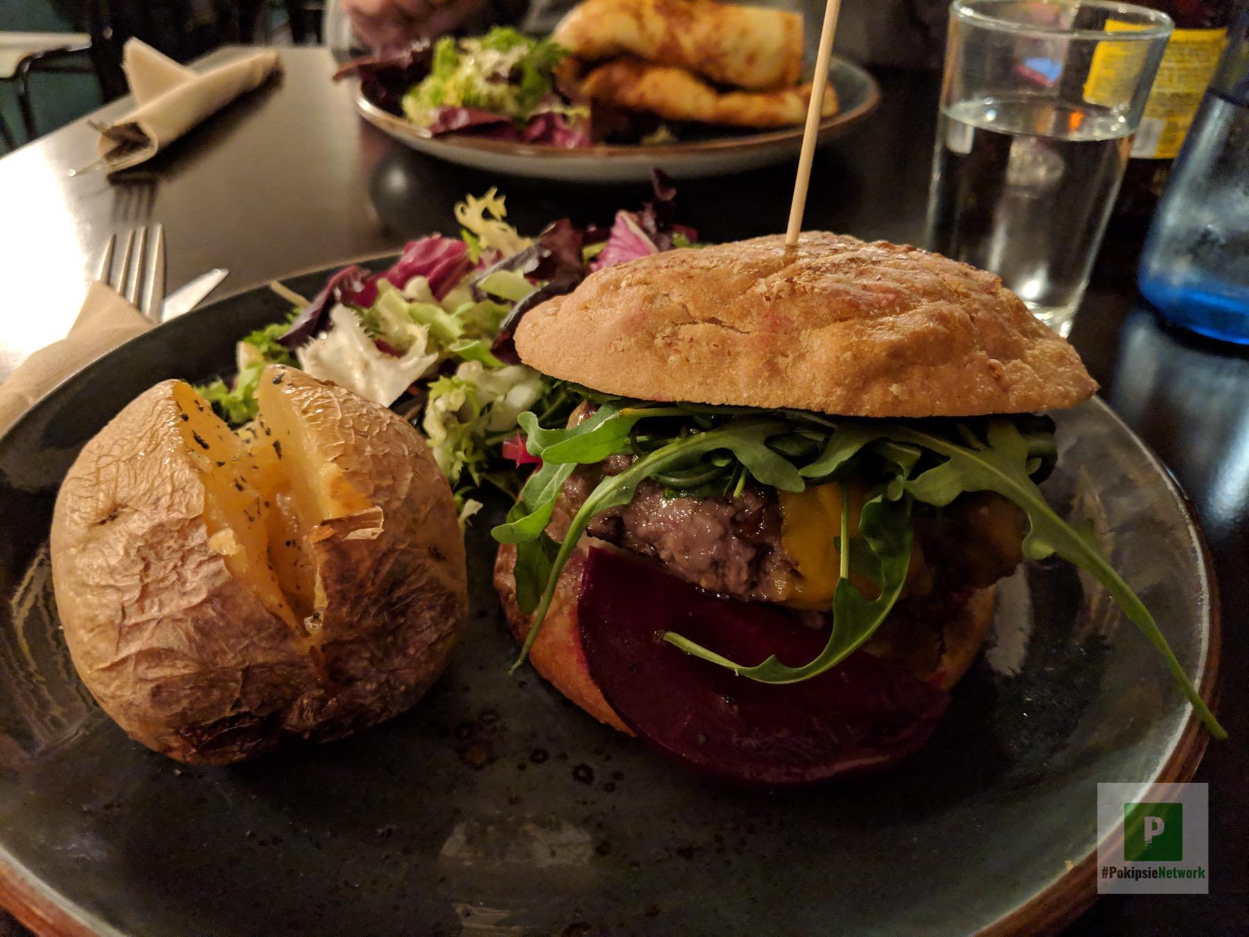glutenfreier Burger mit Salat und einer Backkartoffel
