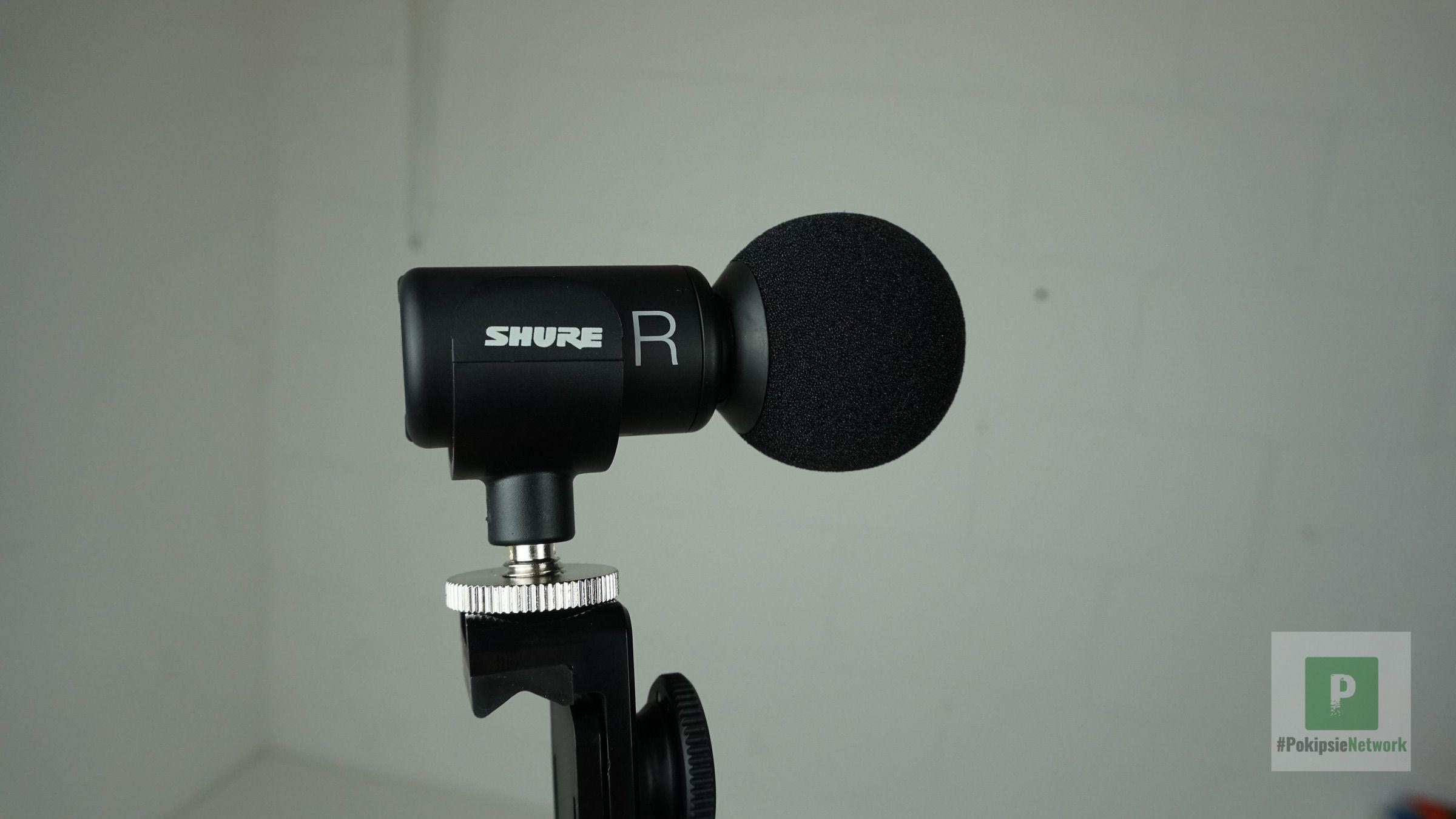 Das Mikrofon von seiner rechten Seite