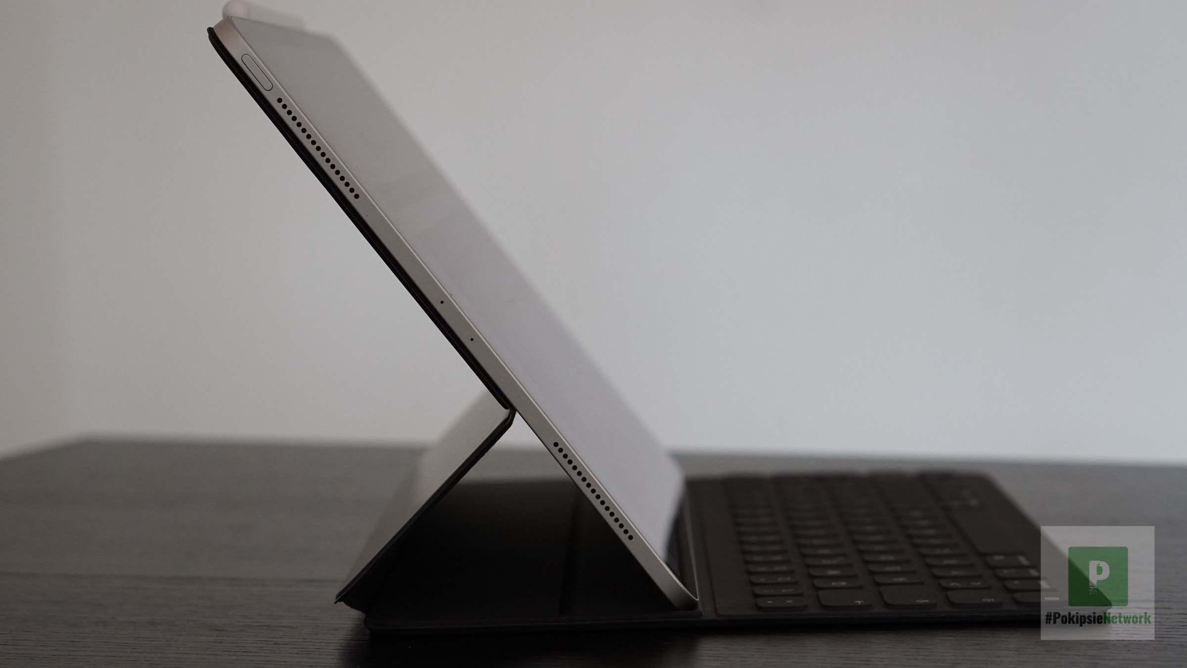 Die seitliche Ansicht vom Keyboard in der flacheren Position