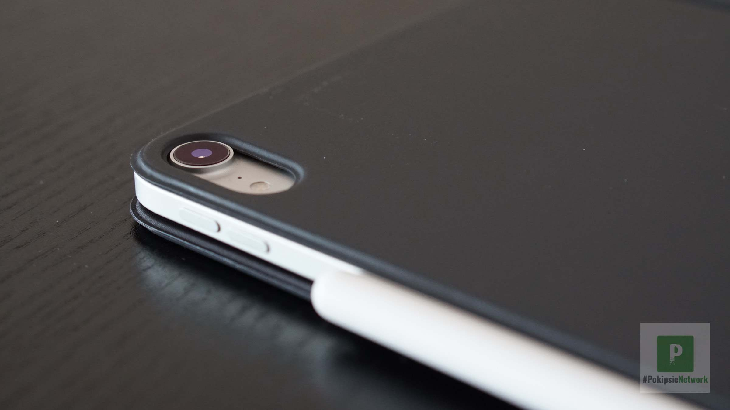 Die Aussparung für die Kamera und der angebrachte Stift