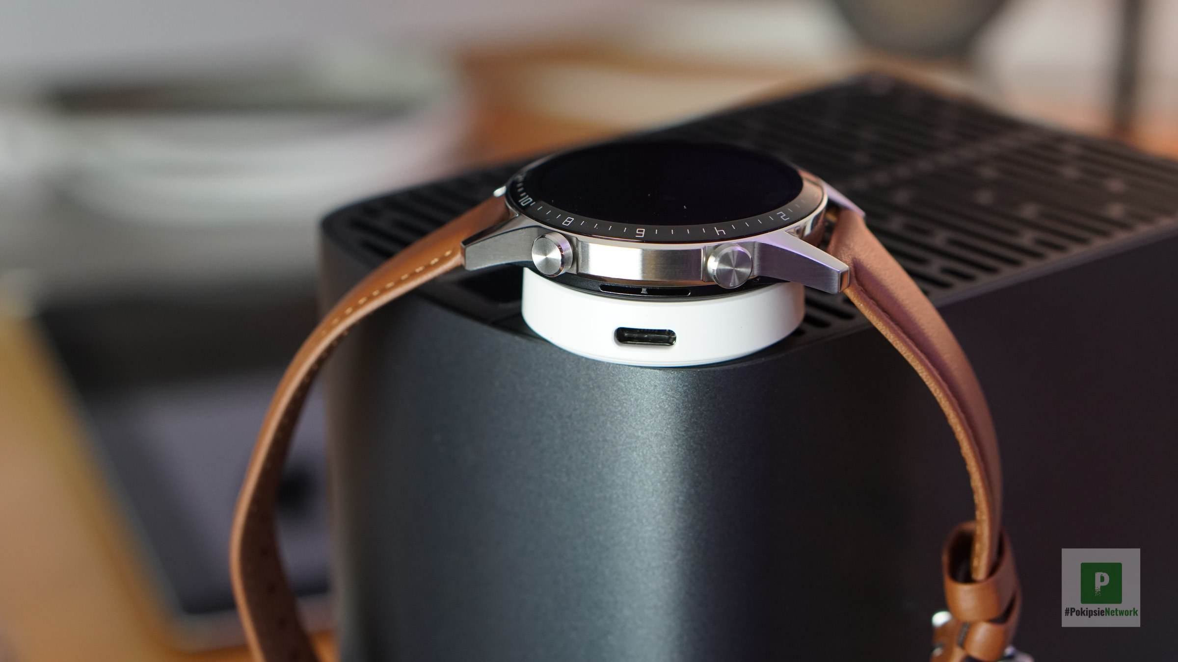 Die Smartwatch auf dem Ladepuck