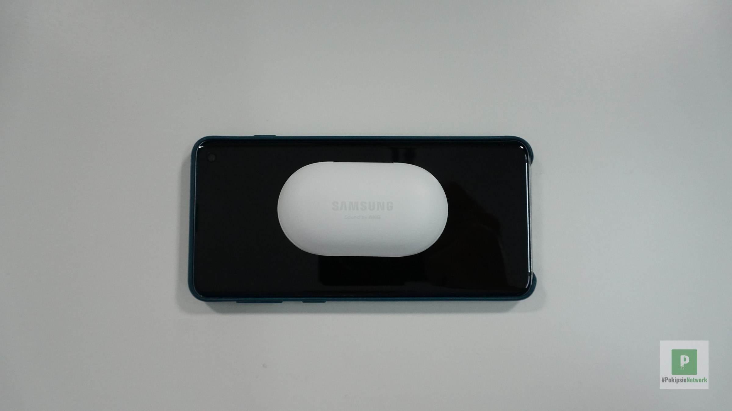 Kopfhörer im Case auf dem Galaxy S10