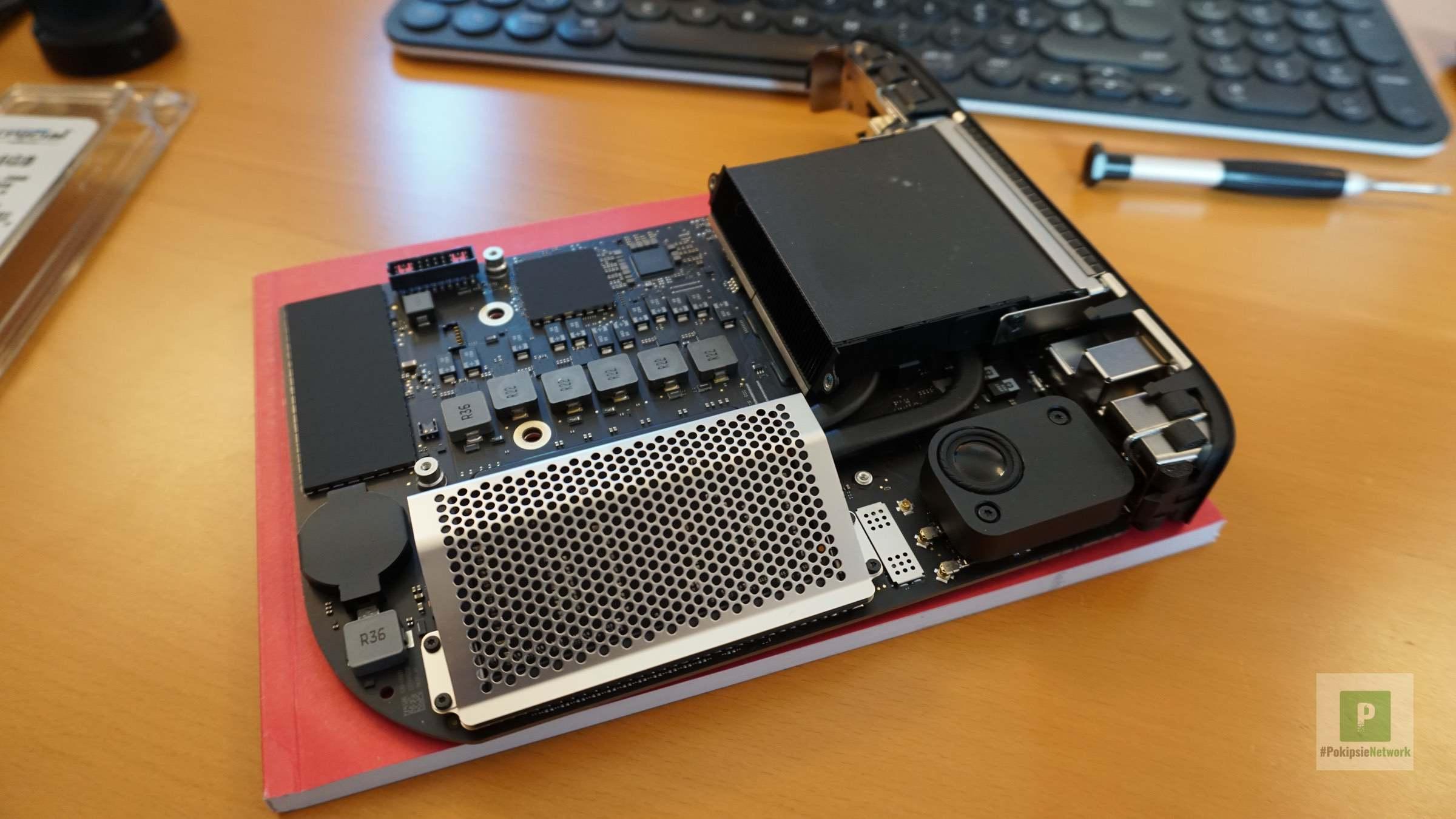 Die Platine hinlegen mit direktem Zugriff auf die RAM-Module