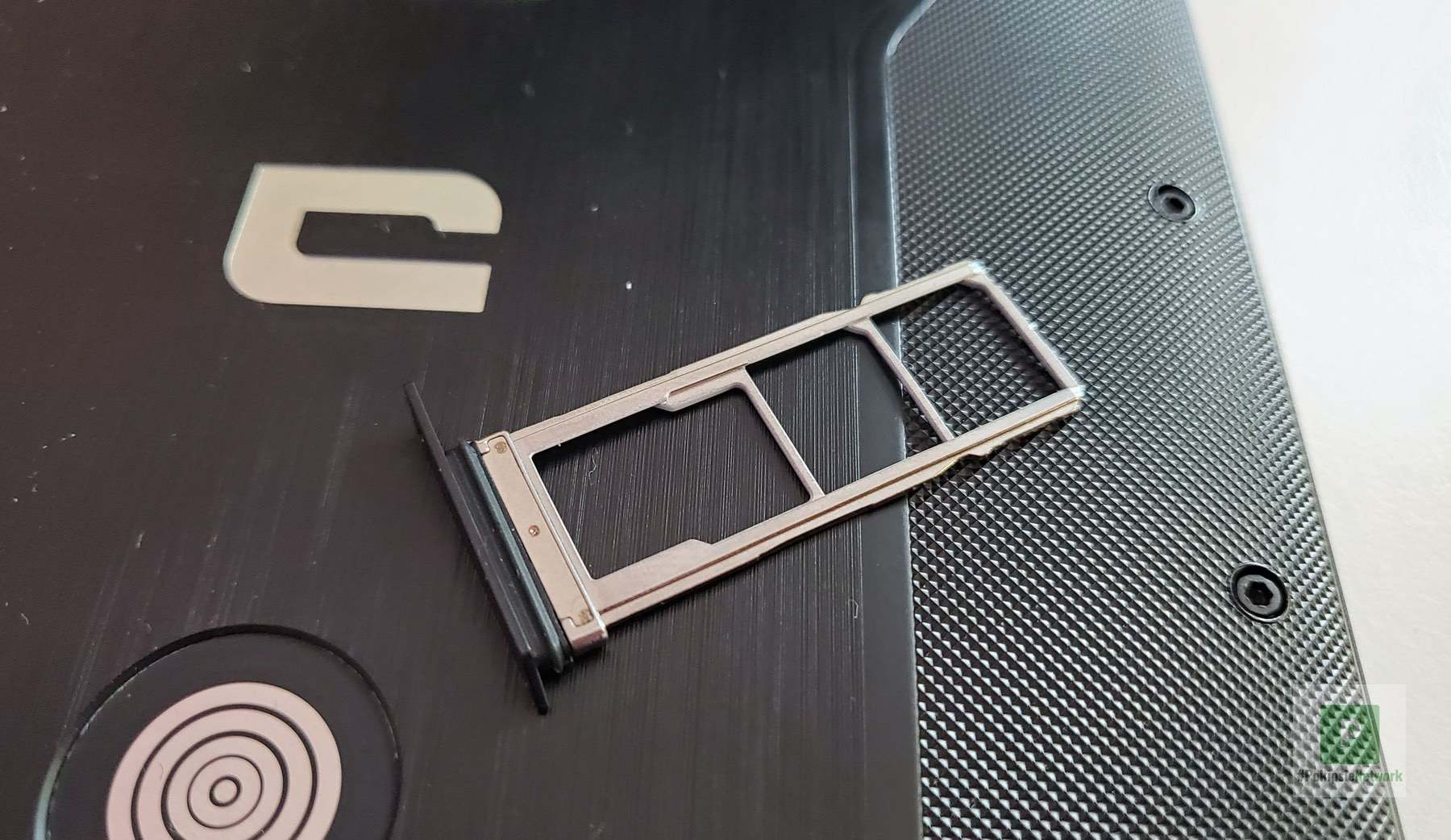 Zweimal nanoSIM- und einmal microSD-Kartenslot