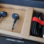 In-Ear-Kopfhörer und Ladekabel