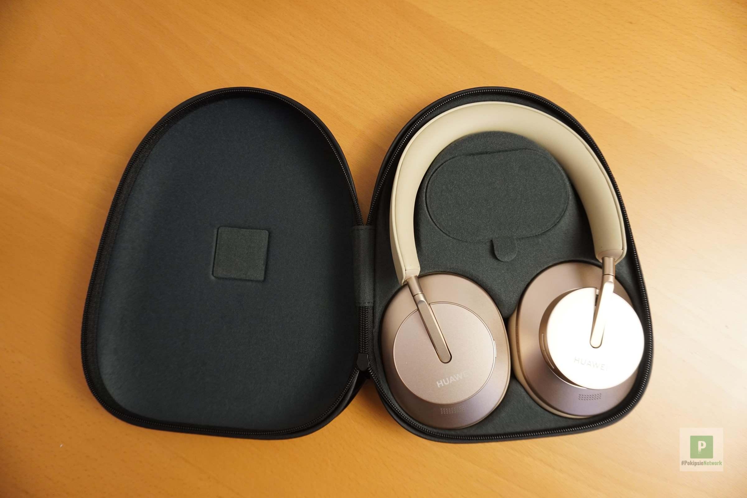 Die Kopfhörer in der Transportbox