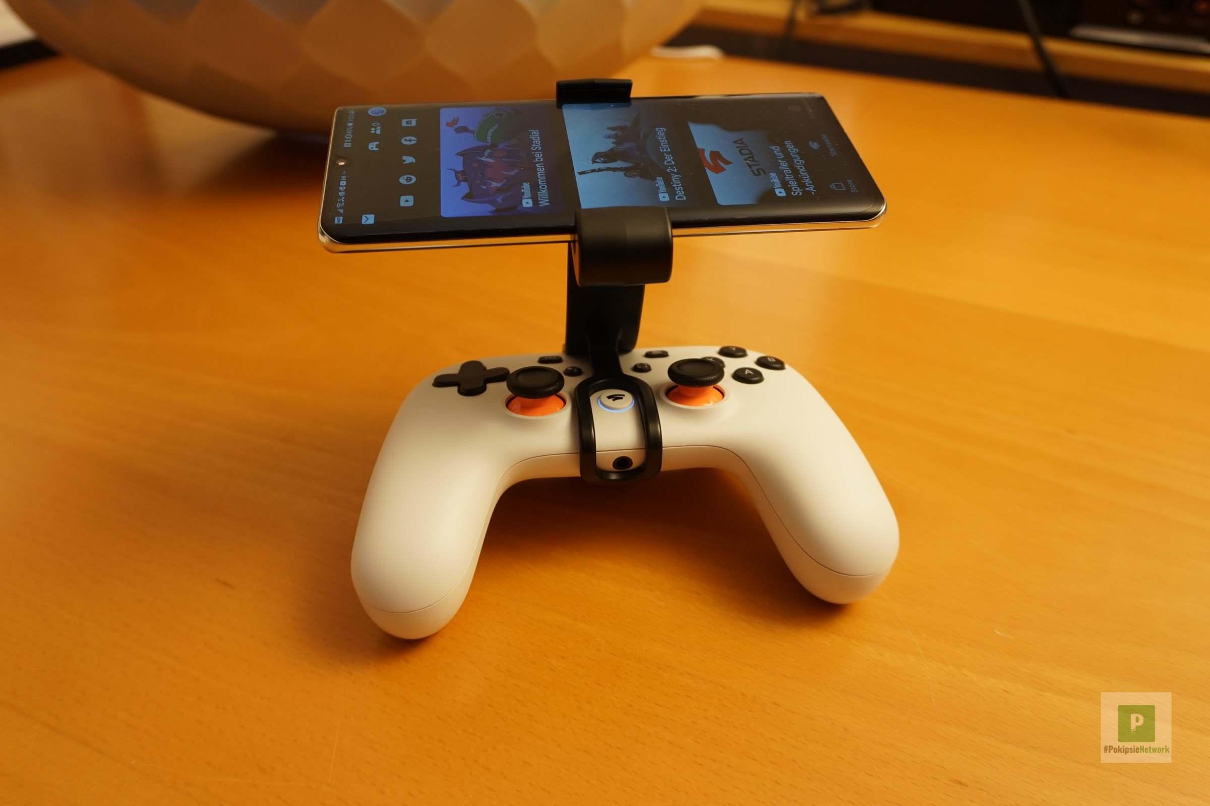 Stadia Controller mit dem montierten CLAW und montierten Smartphone
