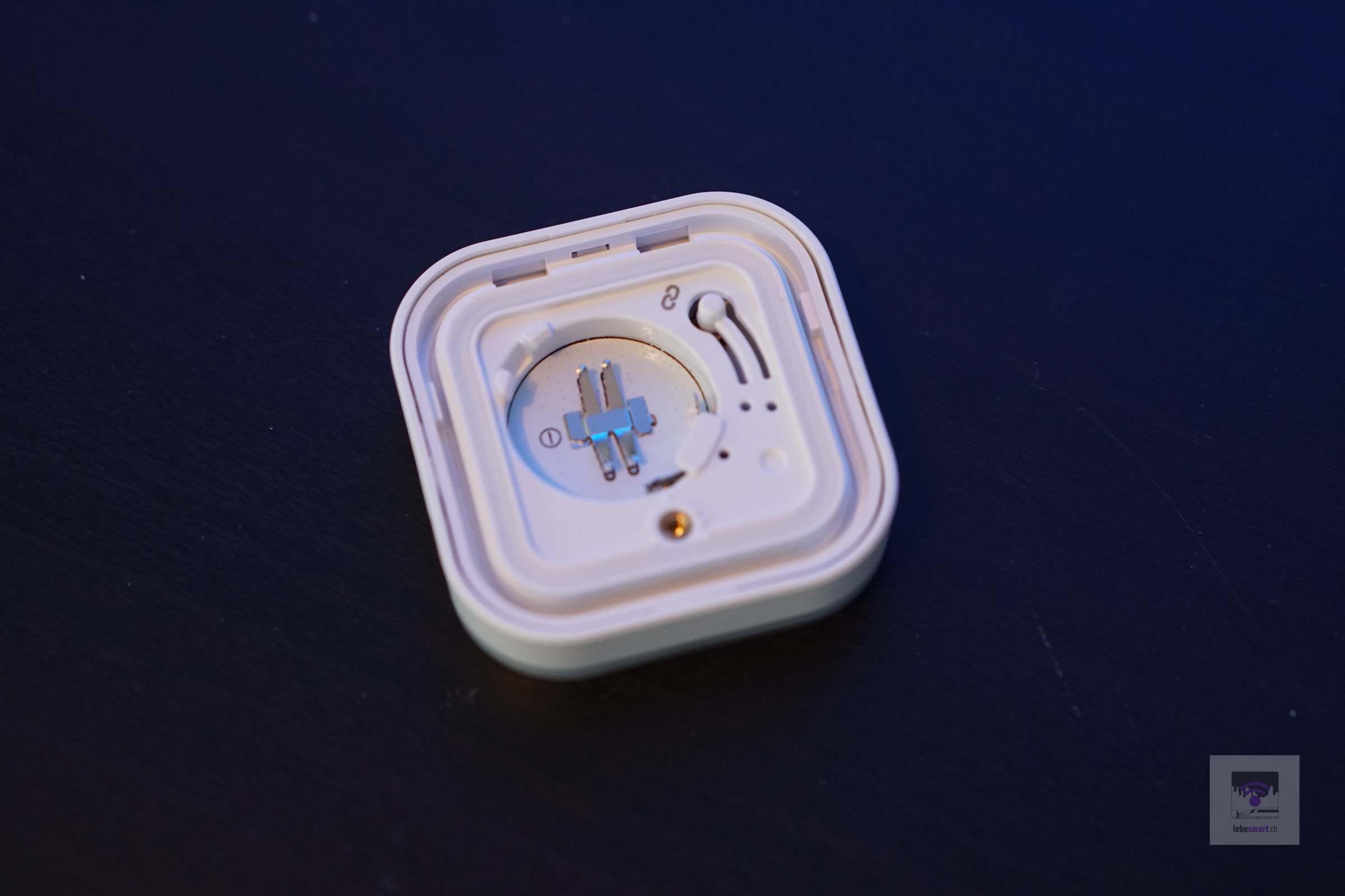 Fach für die Batterie und der Reset/Verbindungs-Knopf