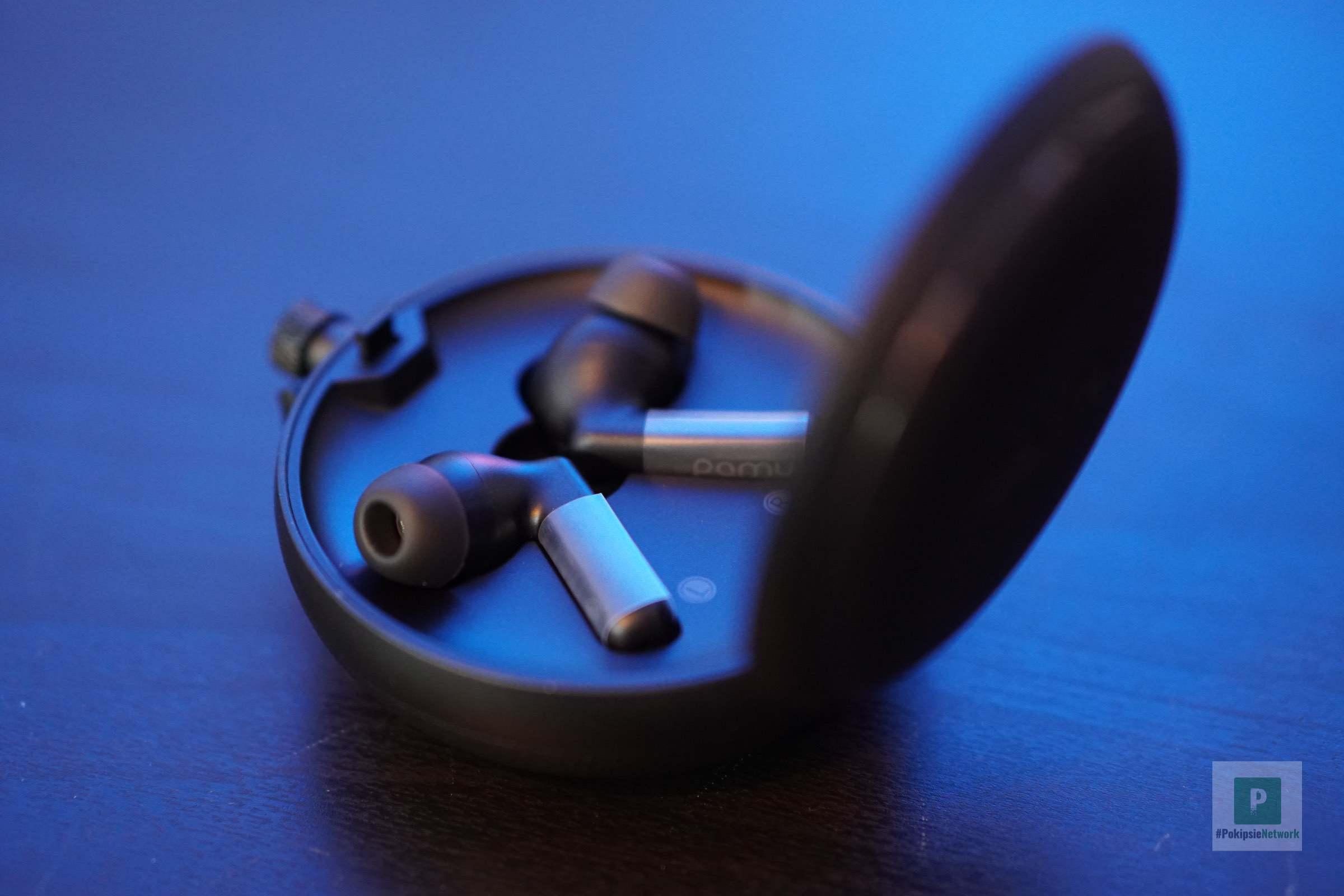 Die beiden Ohrhörer in der Ladeschale