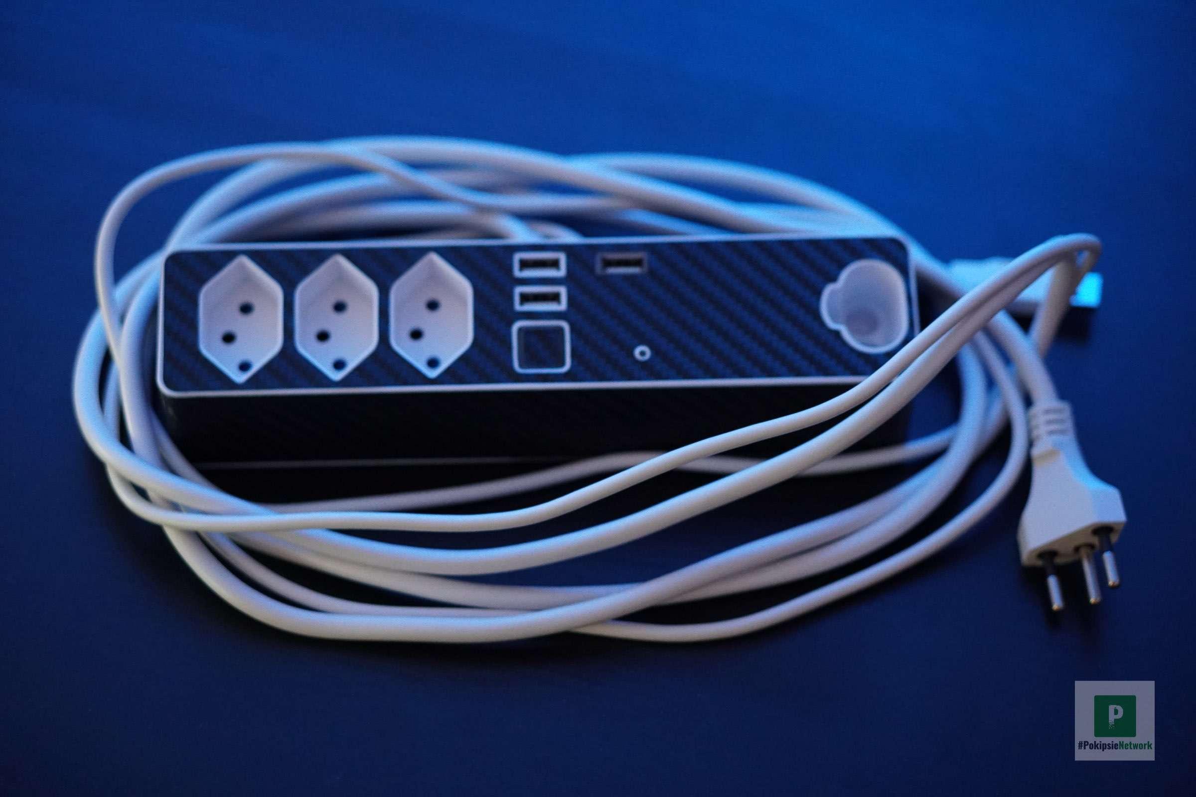 Die Steckerleiste mit den zwei Meter langen Kabeln