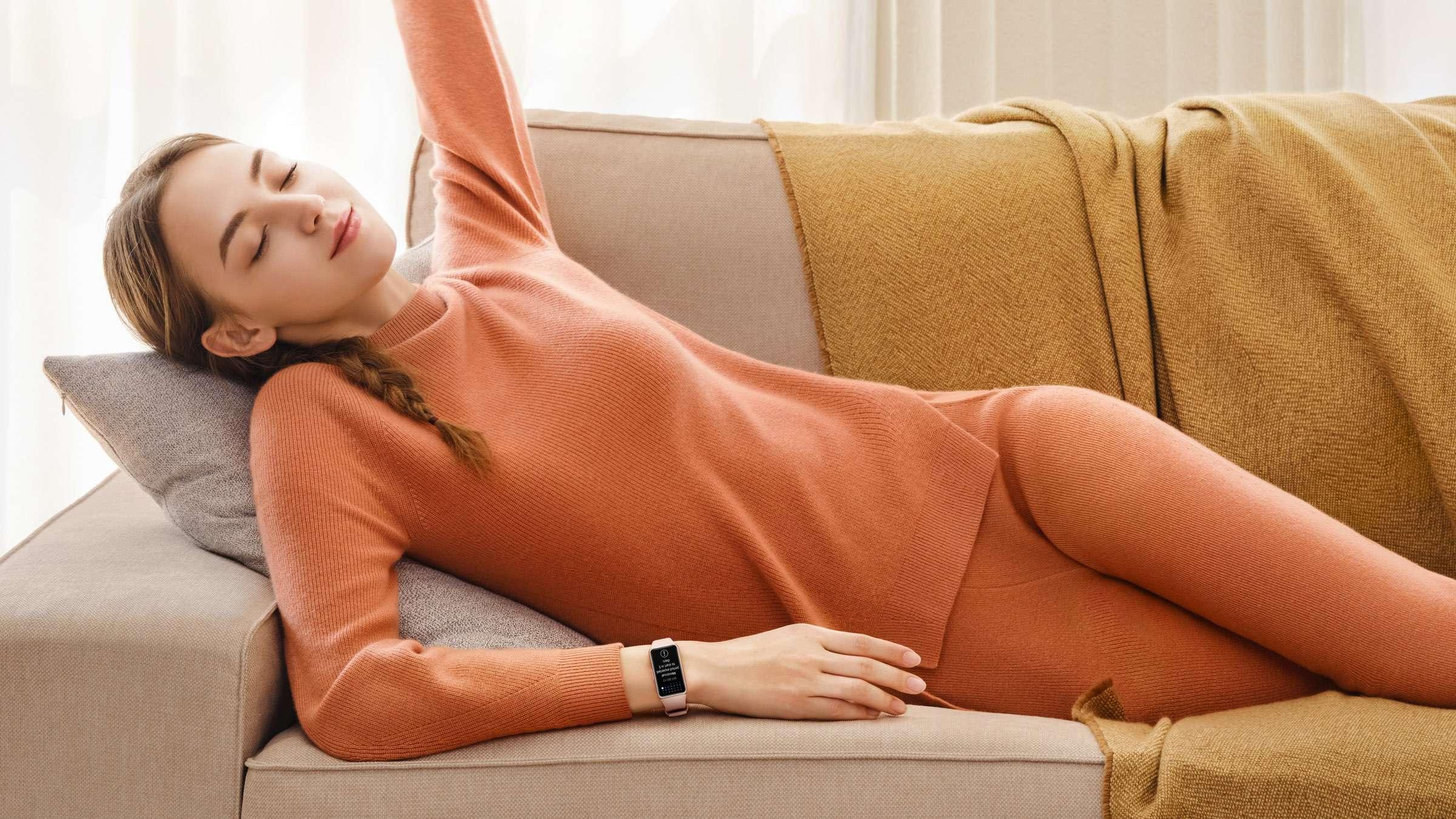 Huawei - Band 6 Fitness auf dem Sofa