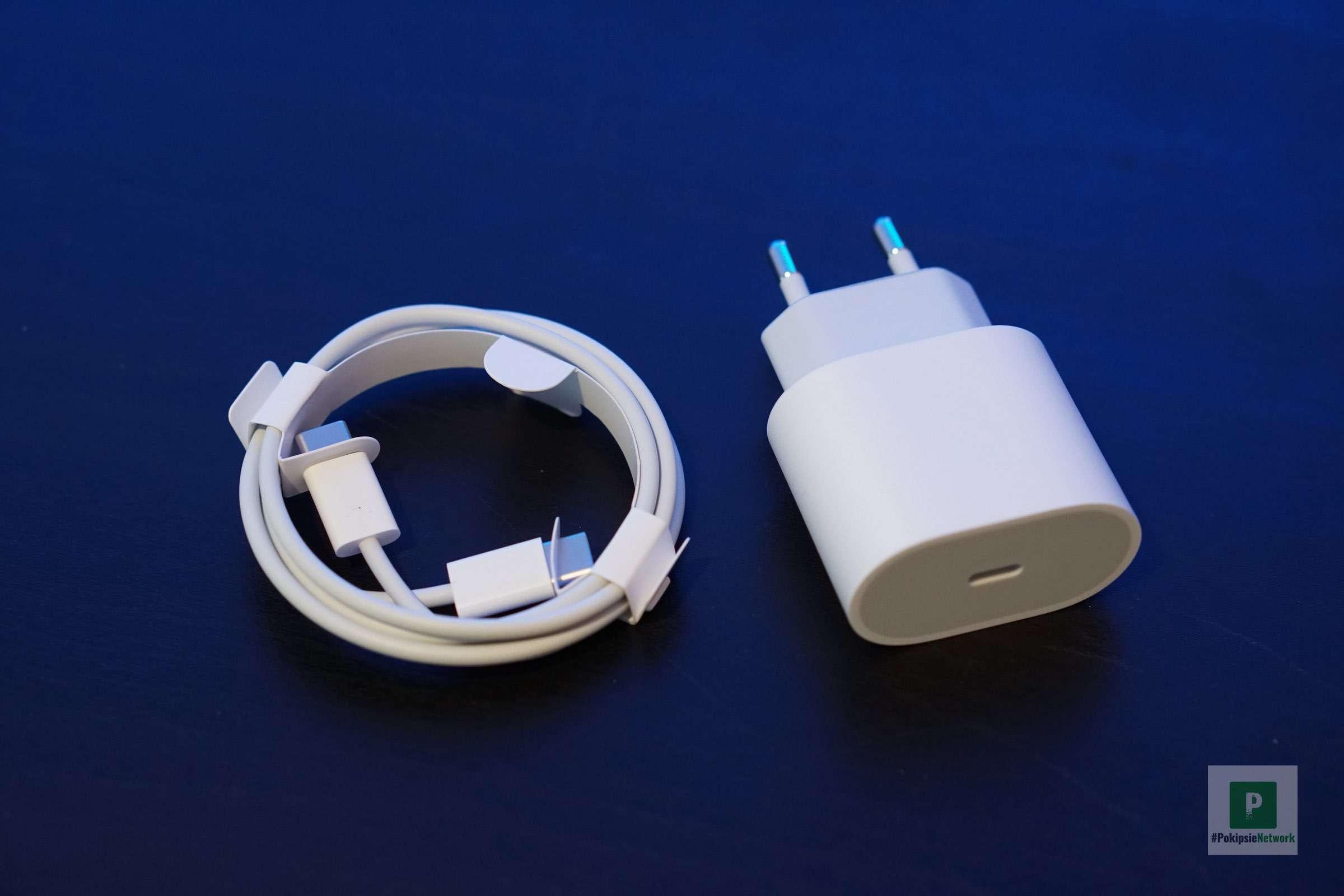 Strom-Adapter und USB-C- auf USB-C-Kabel