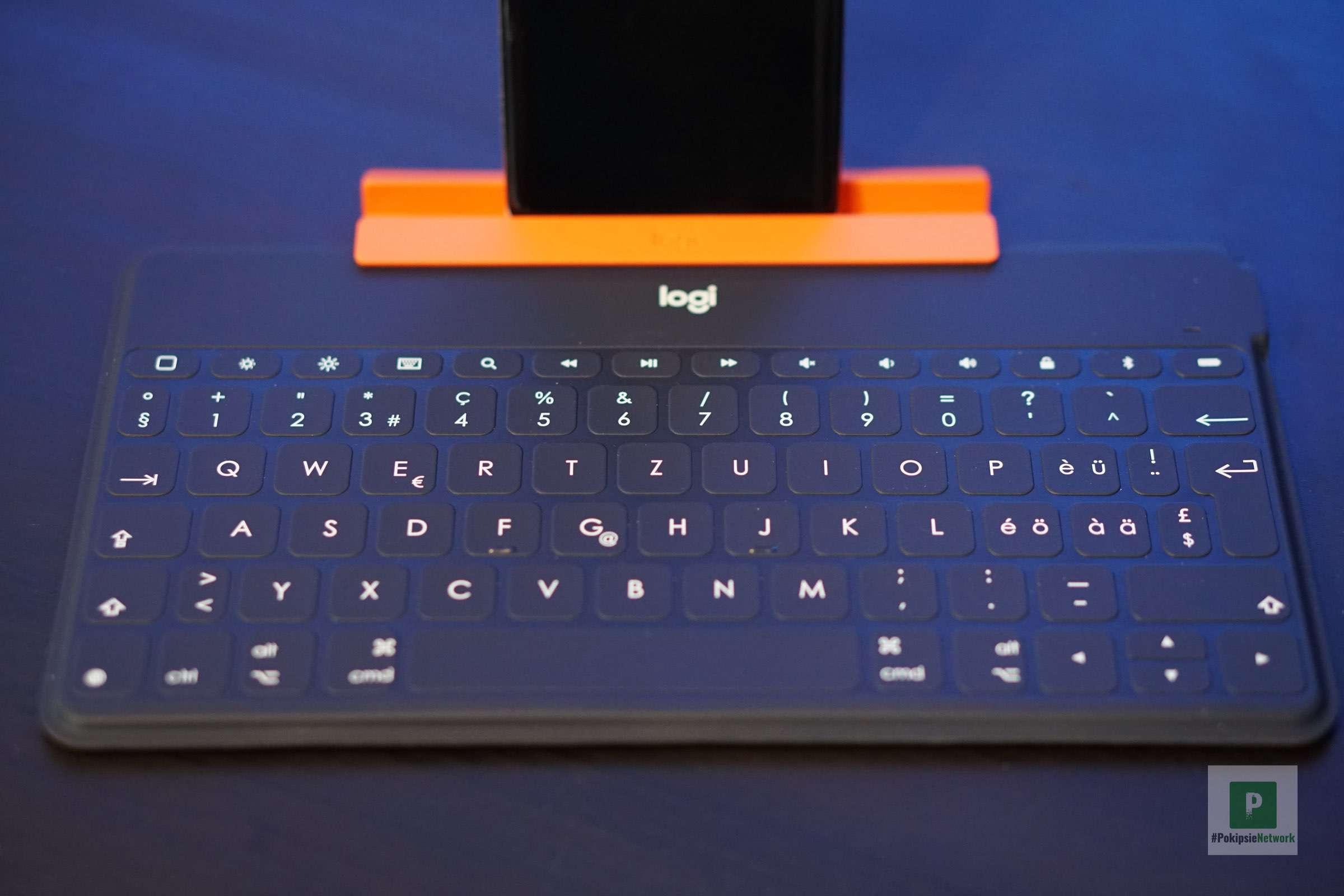 Tastatur und Smartphone-Ständer